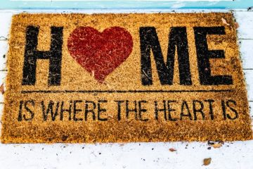 Brown doormat with a sign